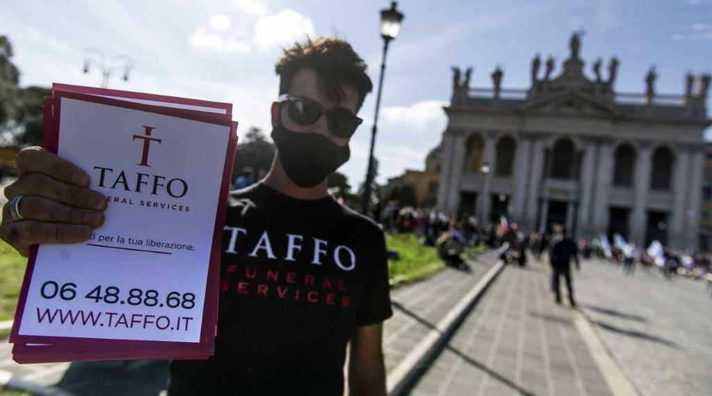 Taffo Ragazzo distribuisce volantini alla manifestazione No Mask